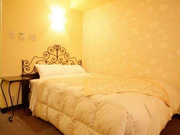 サクラ・フルール青山 イエローのお部屋。うっすらとバラ模様が。